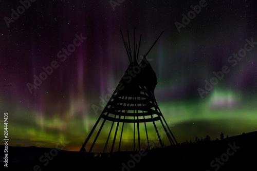 Fotografia Aurora borealis over tipi display on Blackfeet Tribal Land near St