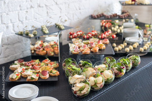 Fotografia Beautifully decorated catering banquet table with different food snacks and appetizers