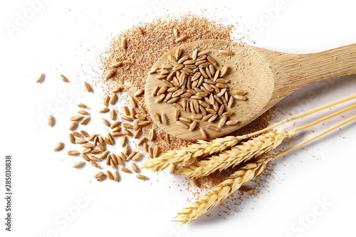 Fotografia Spelt bran and grains with wooden spoon and ears of wheat isolated on white back