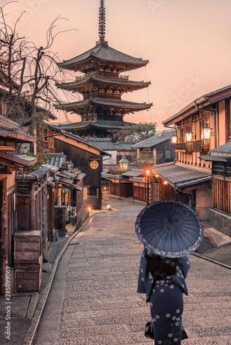Fototapeta premium Tradycyjna ulica w starym Kioto o zachodzie słońca