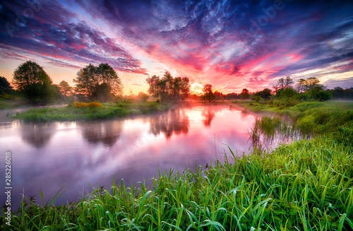 Photo Beautiful summer sunrise over river banks