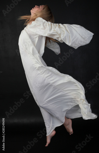Photo full length portrait of blonde girl wearing long white flowing robe
