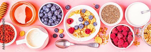 Foto Healthy breakfast, muesli, cereal with fruit.