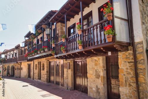 Pueblo de Argoño y su arquitectura tradicional en Cantabria. España