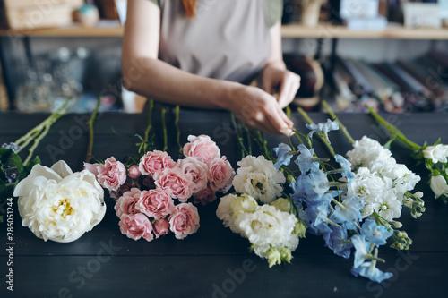 Foto Preparing flower for arranging bouquet