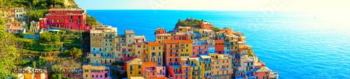 """Kolorowe domy Manaroli, pięknej wioski w """"Parku Narodowym Cinque Terre"""". Oszałamiająca sceneria na wybrzeżu Włoch. Wioska rybacka w prowincji La Spezia, Liguria, Włochy"""