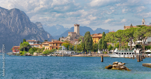 Obraz na płótnie Malcesine - The promenade over the Lago di Garda lake with the town and castle in the background