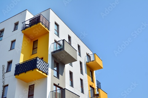 Fotografia Modern apartment buildings on a sunny day with a blue sky