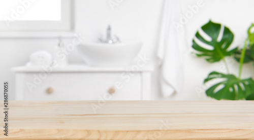Photographie Wood tabletop on blur bathroom background, design key visual layout