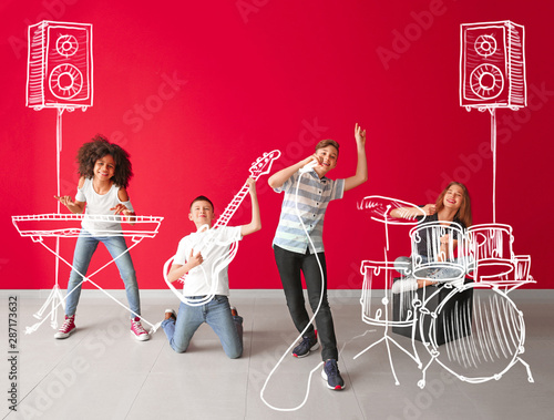 Carta da parati Teenage musicians with drawing instruments playing against color wall