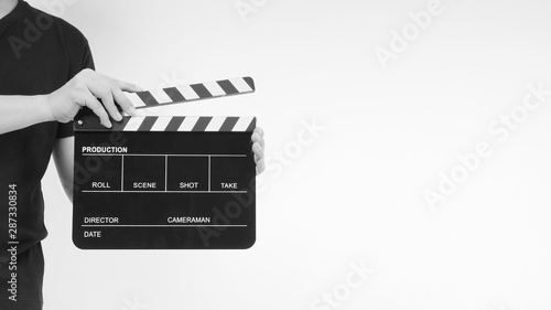 Photo A man is standing with hands is holding black Clapperboard or movie slate