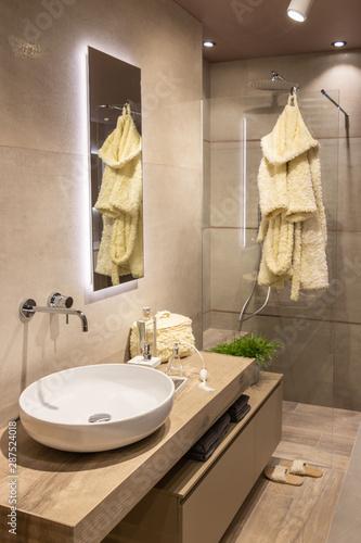 Fotografia Salle de bain moderne type scandinave dans les tons neutres avec douche italienn