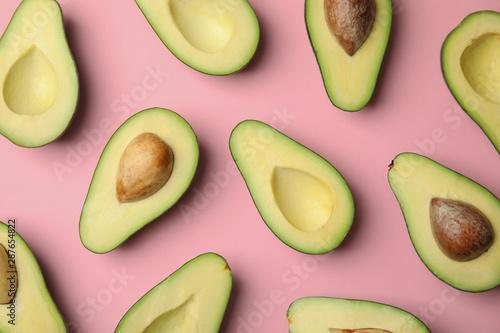 Cuadros en Lienzo Cut fresh ripe avocados on pink background, flat lay