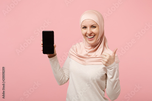 Photo Arabian muslim woman in hijab light clothes posing isolated on pink background