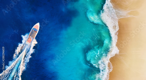 Fotografia Panorama of a coast and fast boat as a background from top view