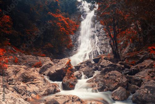 Folia na okno łazienkowe wodospad Sarika National Park jesienią
