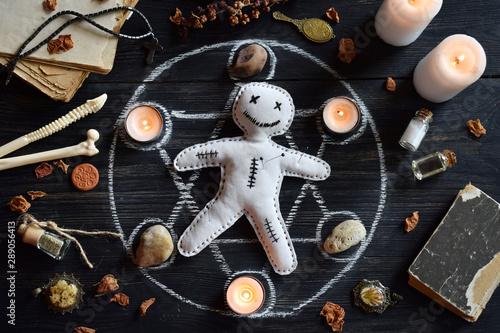 Fotografia In Voodoo doll are needles pricked