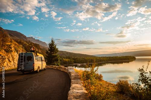 Murais de parede Women enjoying camper van with a view of a lake