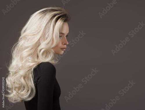 Tela Beautiful young woman. Gorgeous blonde hair.