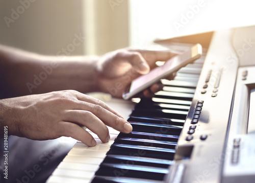 Carta da parati Man playing piano and using mobile phone