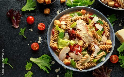 Fotografia Caesar Salad Pasta with chicken, tomato, parmesan cheese and vegetables