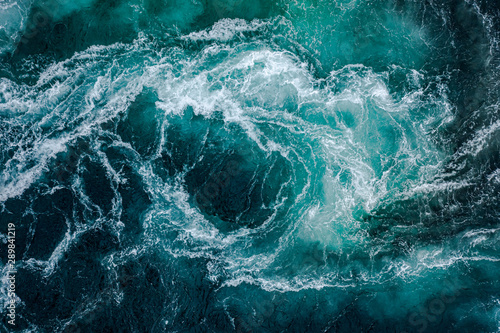 Photo Waves of water of the river and the sea meet each other during high tide and low tide