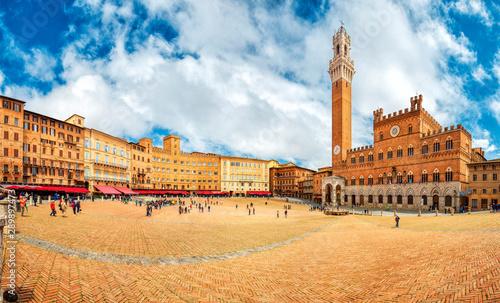 Fotografie, Obraz Panorama of Piazza del Campo (Campo square), Palazzo Pubblico and Torre del Mangia (Mangia tower) in Siena, Tuscany, Italy
