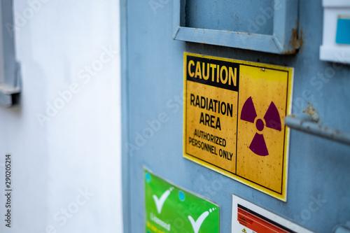 Carta da parati Supervisor use the survey meter to checks the level of radiation in the radioact