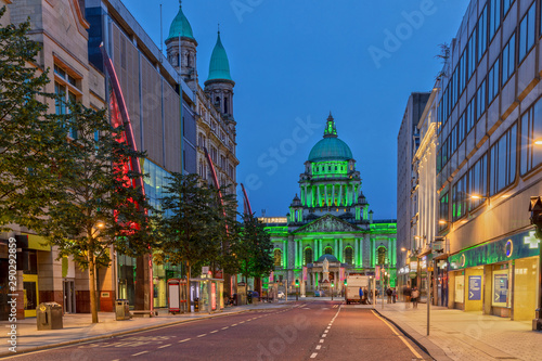 Fototapeta The Belfast City Hall at Donegall Square in Belfast, Northern Ireland at Night