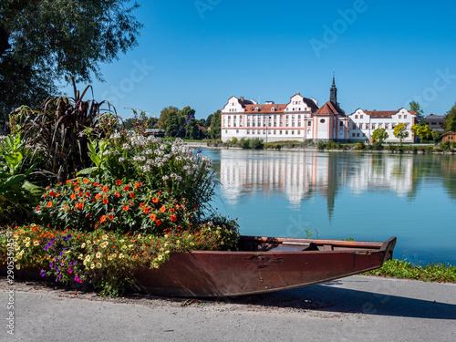 Obraz na plátne Schloss Neuhaus am Inn mit Boot