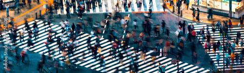 Foto Pedestrians cross the Shibuya Scramble crosswalk in Tokyo, Japan, one of the bus