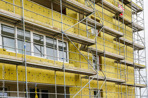 Photo scaffolding arround the house to install thermal insulation of the apartment bui