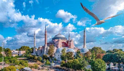 Fotografia Sunny day architecture and Hagia Sophia Museum, in Eminonu, istanbul, Turkey