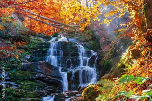 Naklejka na szafę Piękne jesienny krajobraz w pobliżu wodospadu