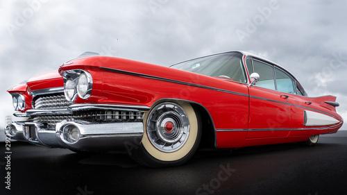 Fototapeta Widok z boku na klasyczny amerykański czerwony samochód z lat pięćdziesiątych do pokoju
