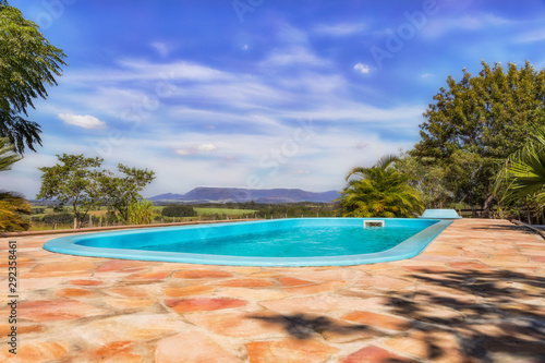 Fotografia Pool with mountainous landscape and pastures in the background in Paraguay