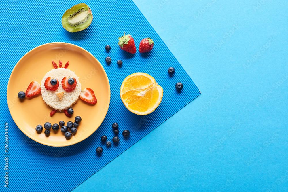 widok z góry płyty z fantazyjnych zwierząt wykonane z żywności na niebieskim tle <span>plik: #292604459   autor: LIGHTFIELD STUDIOS</span>