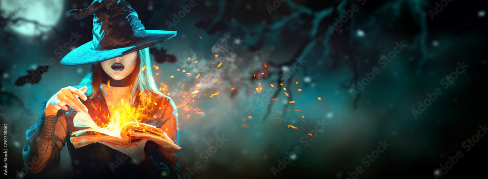 Halloweenowa Czarownica dziewczyna z magiczną książką czarów portretem. Piękna młoda kobieta w kapelusz wiedźmy wyczarowanie, co czary. Ponad upiornym ciemnym magicznym lasem. Szeroki projekt strony Halloween. <span>plik: #292749862 | autor: Subbotina Anna</span>