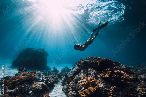 Fotografia Woman freediver with fins underwater