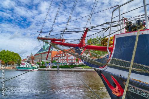 Fotografiet Blick in den Hafen von Emden in Ostfriesland