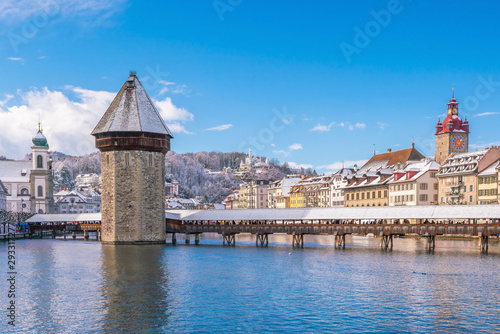 Fotografia Historic city center of downtown Lucerne with  Chapel Bridge and lake Lucerne