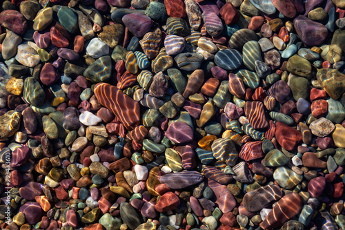 Photo Colorful Rocks in a Glacier Lake during a sunny summer day