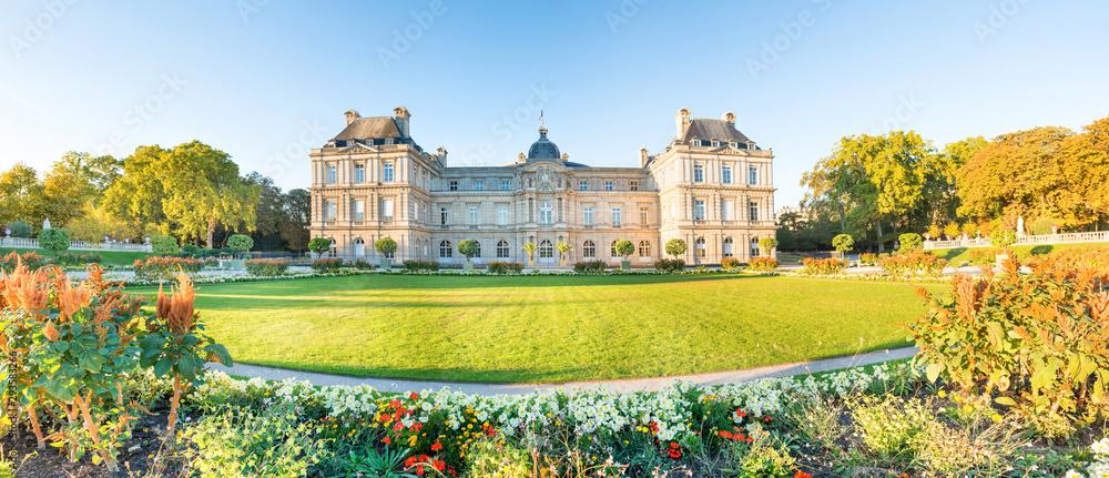 Panorama Ogrodu Luksemburskiego z posągami, kwiatami i budynkiem Pałacu Luksemburskiego. Paryż, Francja <span>plik: #293583266 | autor: Pavlo Vakhrushev</span>