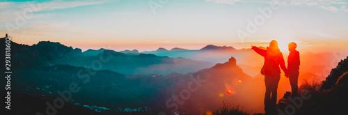 matka i syn podróżują w górach o zachodzie słońca, panorama
