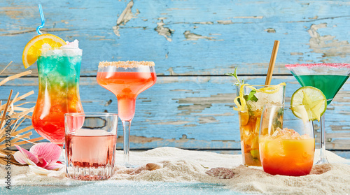 Canvas Print Exotic summer drinks on white sand