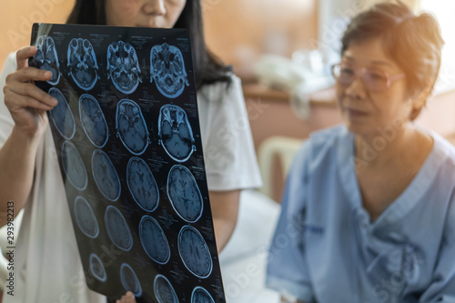 Photo Brain disease diagnosis with medical doctor diagnosing elderly ageing patient ne