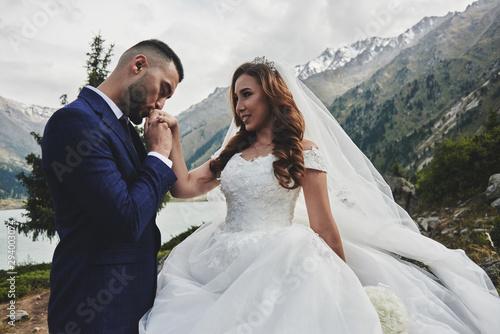 Canvas Print Beautiful wedding photo on mountain lake