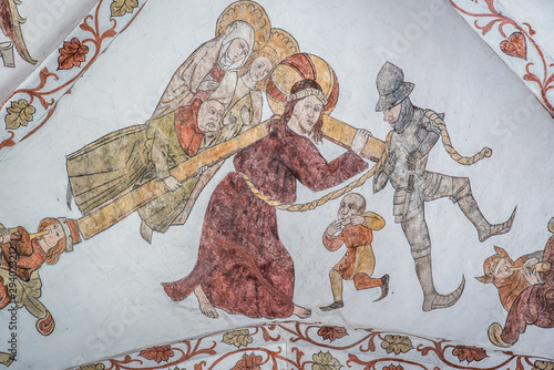 Fotografia Jesus carries the cross to Calvary and Simon of Cyrene is compelled to help him