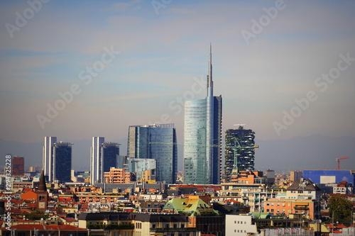 Fototapeta premium Panoramę Mediolanu z nowoczesnymi drapaczami chmur w dzielnicy biznesowej Porto Nuovo we Włoszech. Panorama miasta Milano w tle