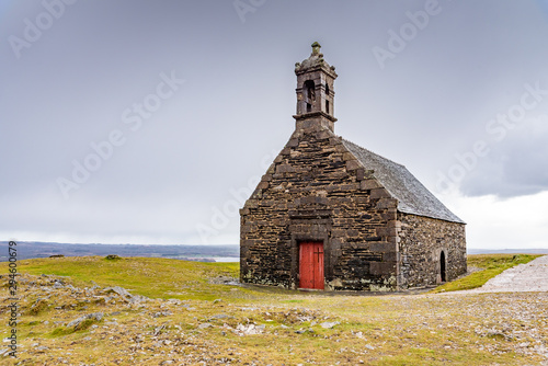 Foto The chapel Saint-Michel de Braspart is located on top of a hill that dominates Lake Brennilis and the region of the Monts d'Arrée